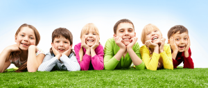 Smilende barn på plen