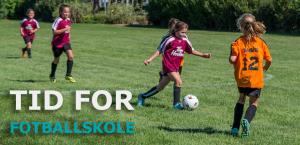 Barn som spiller fotball på fotballskole