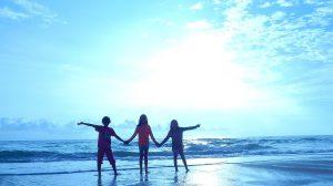 glade barn på strand
