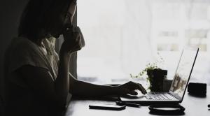 Kvinne arbeider på laptop